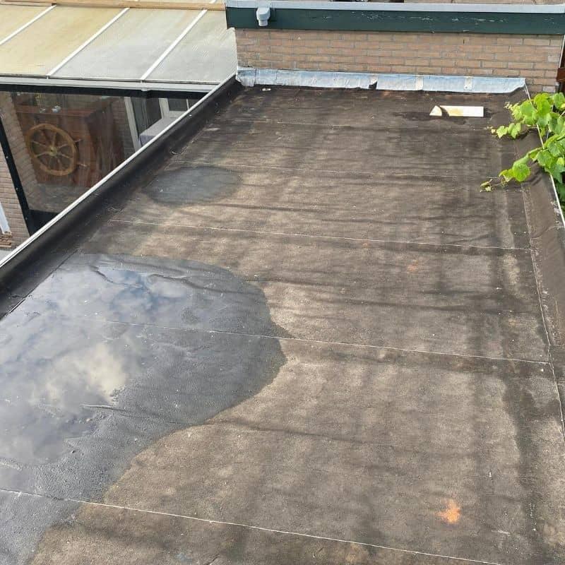 foto van oude dak met plas water